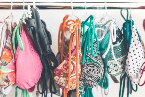 askıda asılı renkli bikiniler