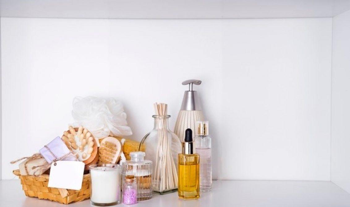 masanın üzerinde duran cilt bakım ürünleri