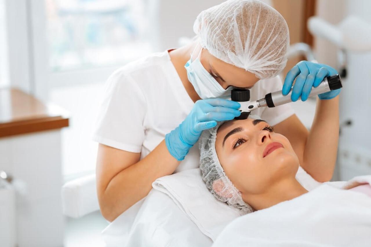 Dermatolog ve cilt bakımı yaptıran kız