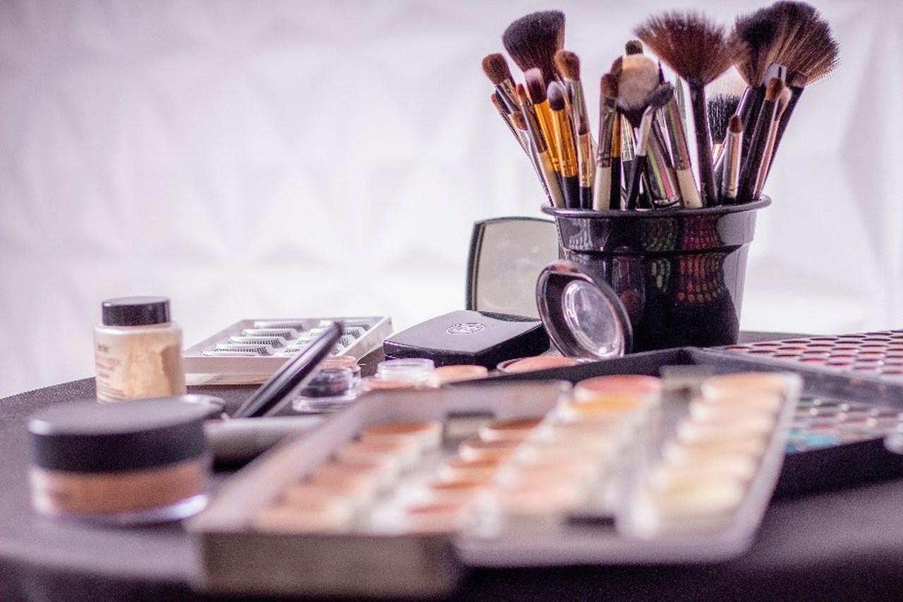 Makyaj fırçaları ve makyaj malzemeleri