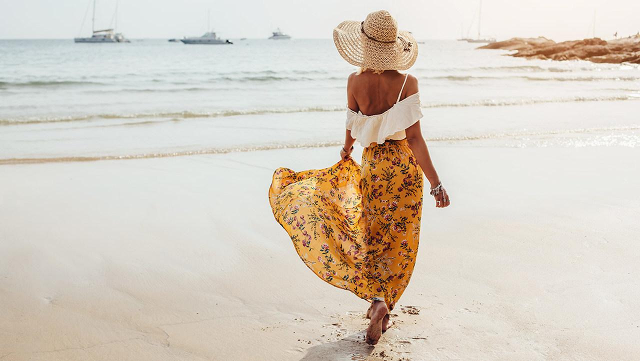 sarı etek ve beyaz üst giymiş şapkalı kız