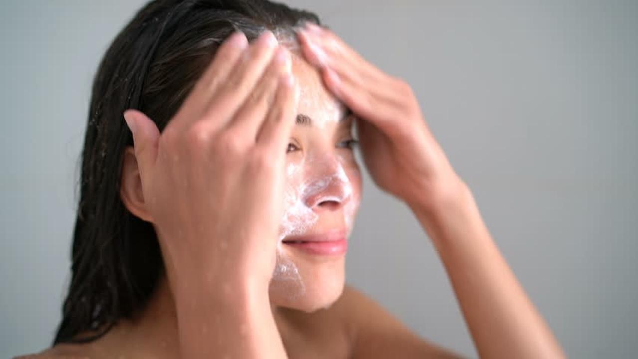 yüzünü yıkayan kız