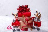 üst üste duran hediye paketleri ve yılbaşı temalı ortam
