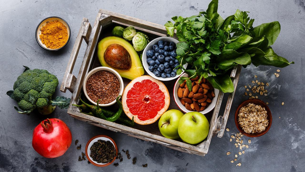 ahşap kasa içinde taze meyve ve sebzeler