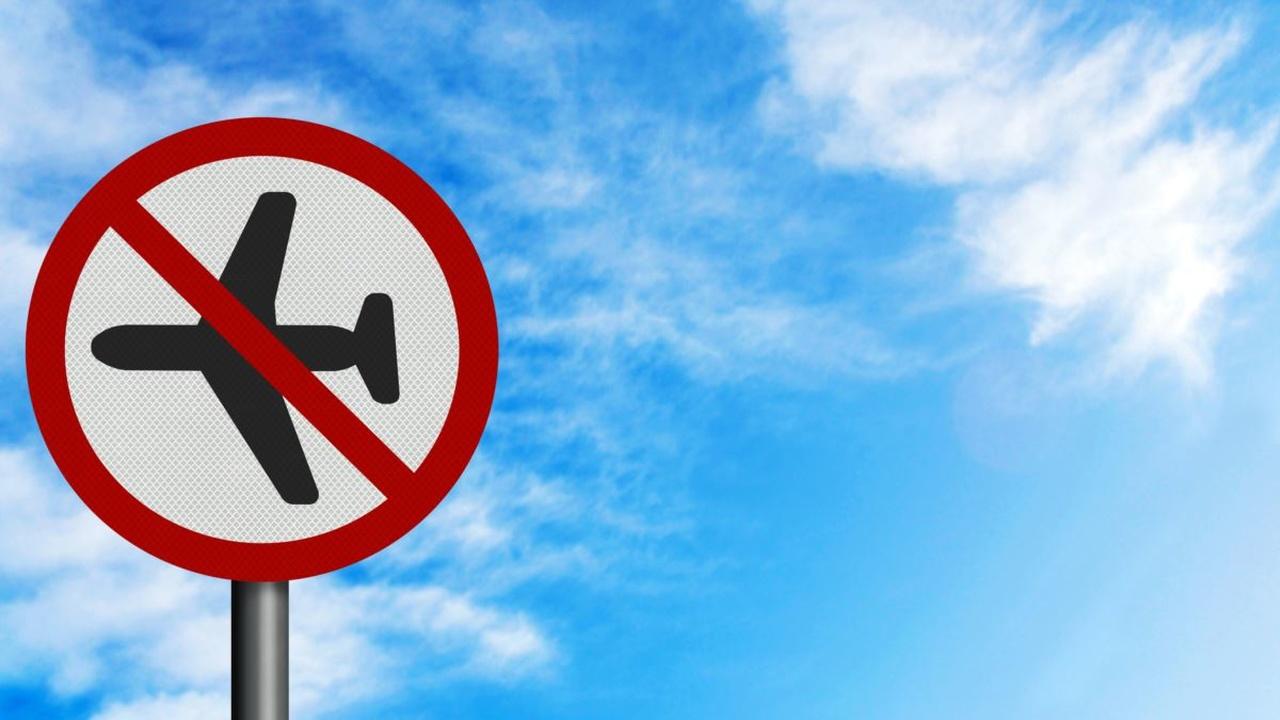 uçuş yasaktır anlamına gelen trafik tabelası