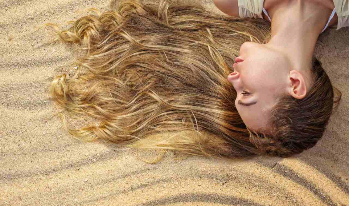 kumda uzanan uzun saçlı kadın