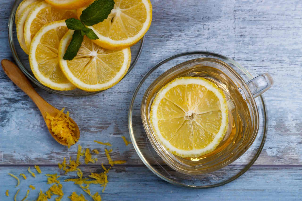 içerisinde limon dilimleriyle servis edilmiş nane limon çayı