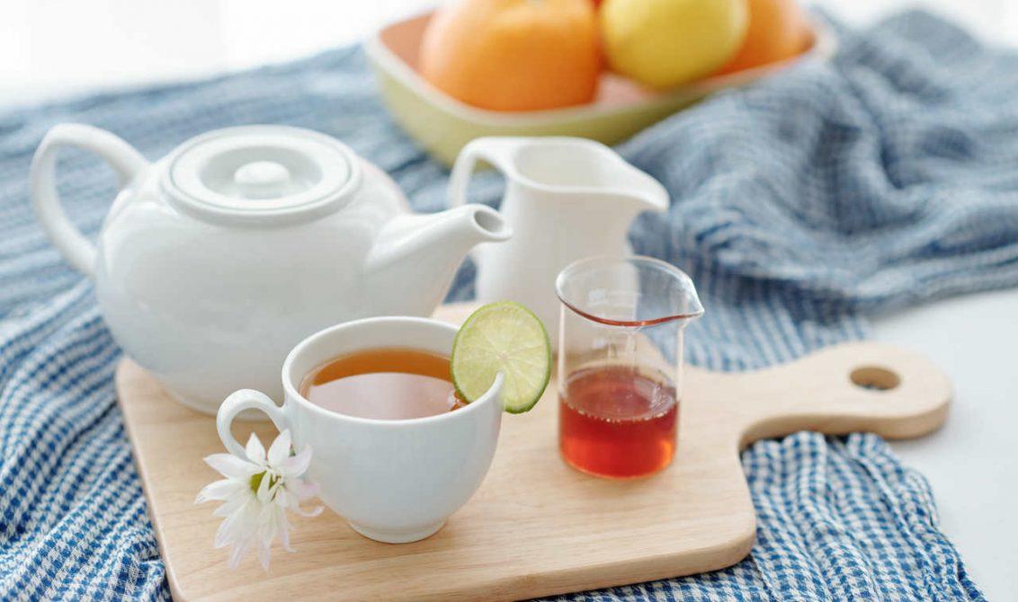 Porselen fincanda servis edilmiş bitki çayı görseli