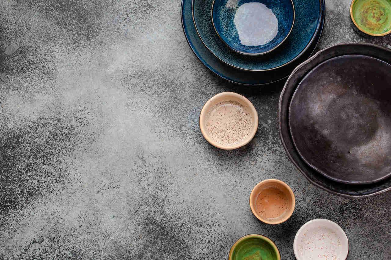 masa üzerinde renkli tabaklar ve kaseler