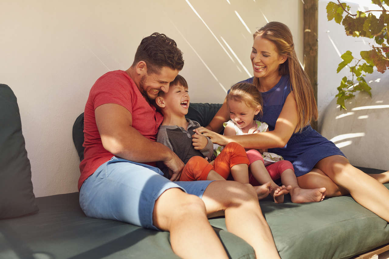 birlikte keyifli vakit geçiren ve gülen çekirdek aile görseli