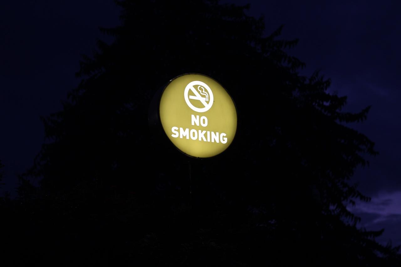 Karanlık bir arka planda ingilizce sigara içilmez uyarısı