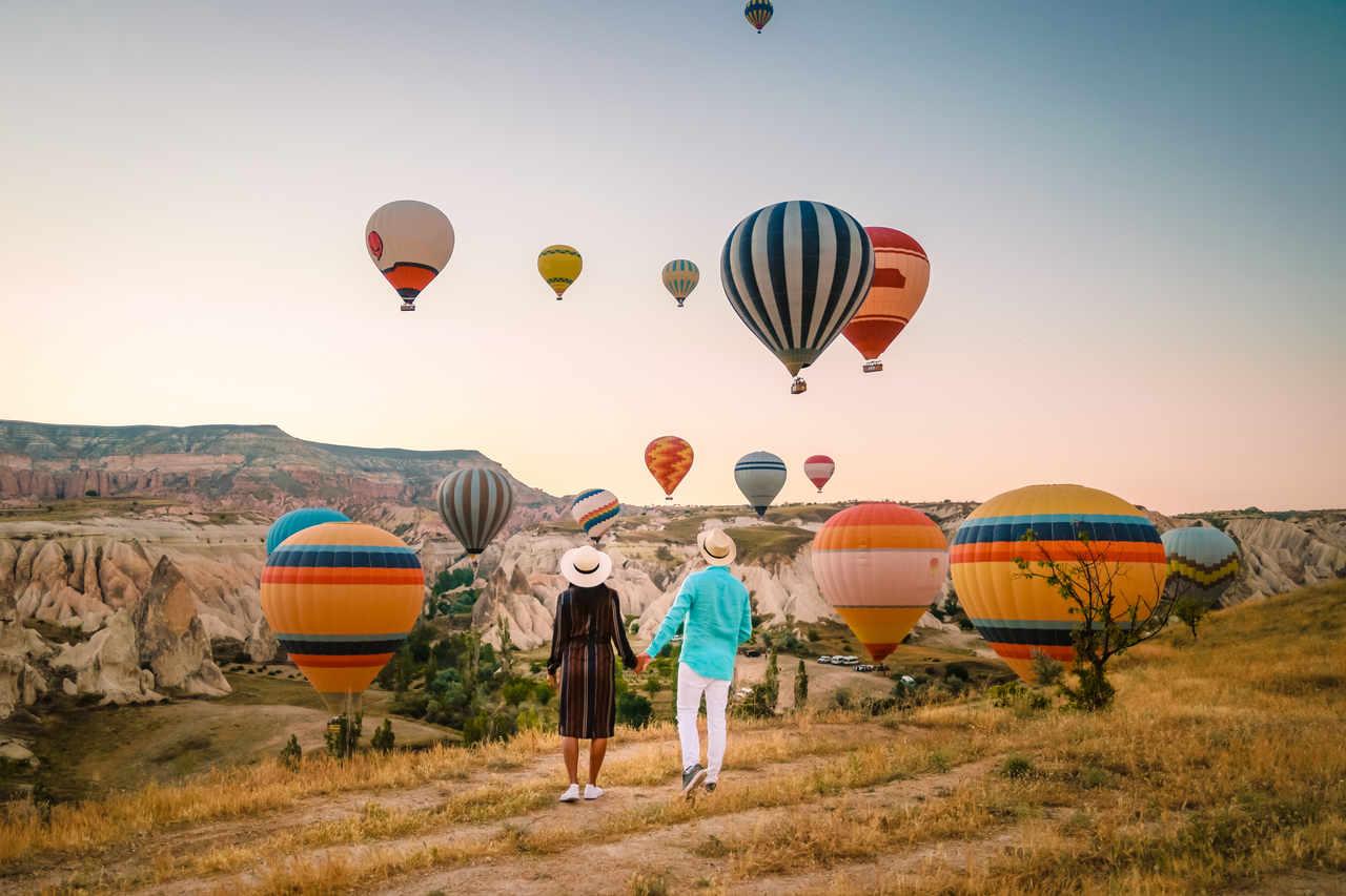 kapadokya'da balonları izleyen çift