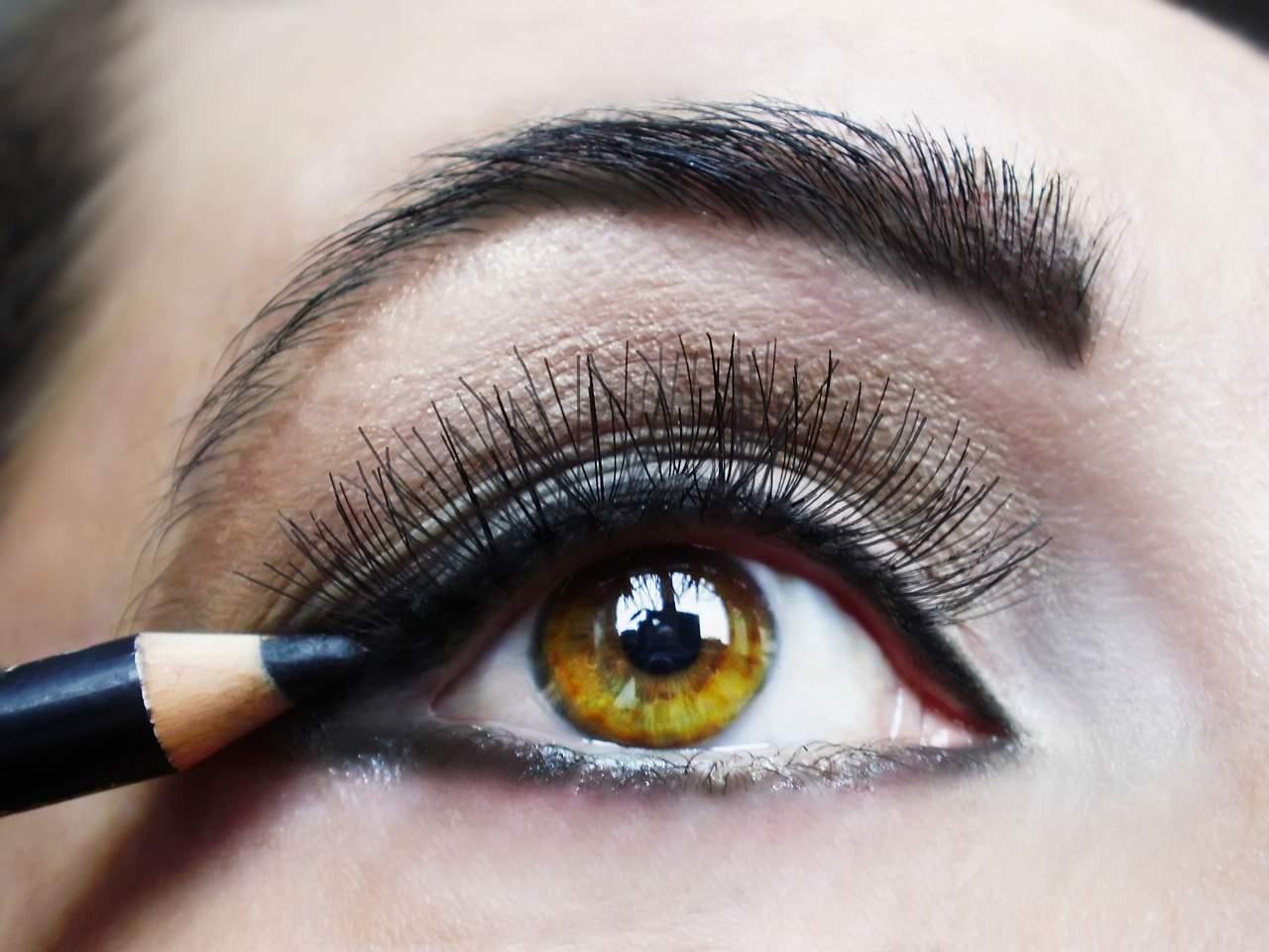 eyeliner süren kadın