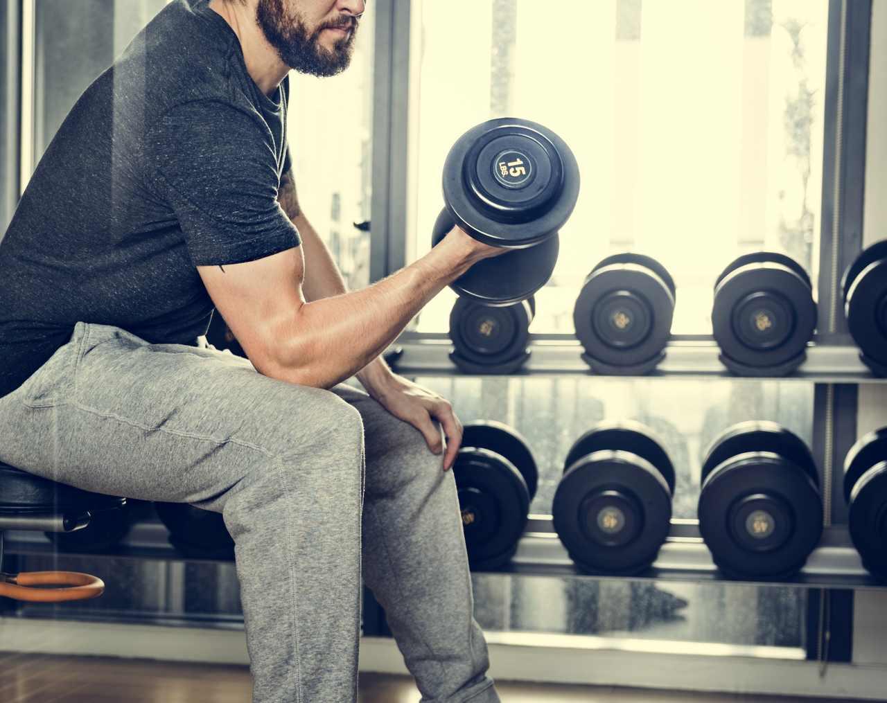 Spor salonunda ağırlık çalışan bir adam