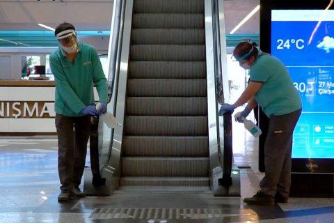 AVM temizliği yapan çalışanlar
