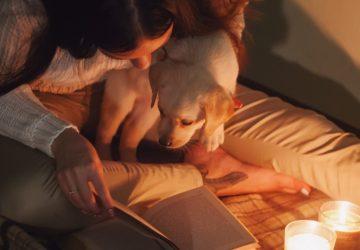 kopegiyle-kitap-okuyan-kadin-360x250.jpg