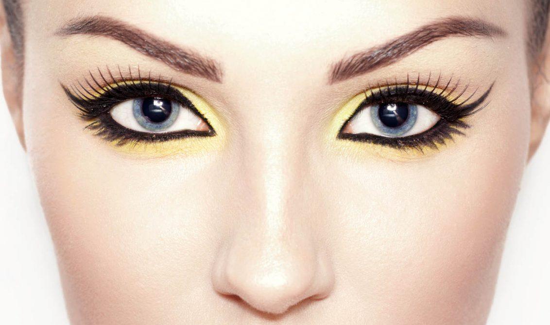 göz makyajı olan kadın
