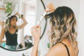 saçlarına maşa uygulayan kadın