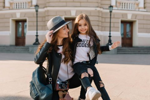 kızı ile poz veren şapkalı anne